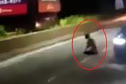 Yol ortasında namaz kılan adam herkesi şaşırttı