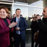 Meral Akşener Diyarbakırlı çıktı! Üç dilli pankart sürprizi...