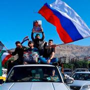 Suriyeliler Rus bayraklarıyla sokaklarda!