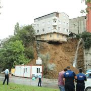 Sütlüce'de korkulan oldu o bina çöktü! Arda Turan'la ilgisi ne?