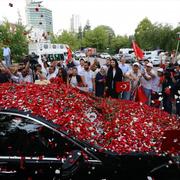 Cumhurbaşkanı Recep Tayyip Erdoğan'ın yollarına güller döküldü