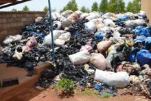 Afrikalı kadınlar çöpten para kazanıyor