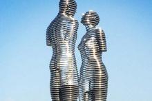 Ali ve Nino'un aşkı hareketli heykel oldu