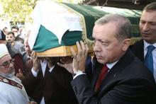 Erdoğan'ın acı günü! Tabutuna omuz verdi