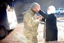 Diyarbakırlı teyze askeri karşısında görünce...