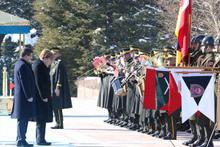 Merkel'i karşılama töreninde ilginç an!