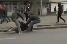 Tek yumrukla polis şefini yere seren eylemci