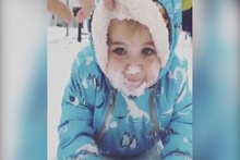 Kar yiyen sevimli bebek