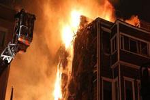 Beşiktaş'ta 3 katlı ahşap bina alev alev yandı