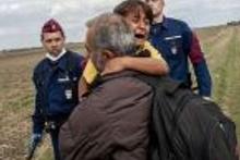 Ronaldo sahaya mülteci çocukla çıktı