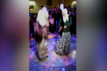 Teyzelerin çılgın dansı diskoyu dağıttı!