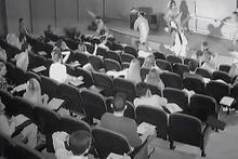 Sınıfta ders gören öğrencileri zombiler bastı