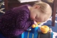 Oyuncak trenin üstünde uyuyakalan çocuk