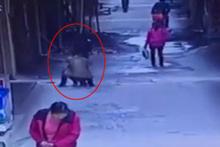 Yürüyen kızın iç çamaşırını çaldı!