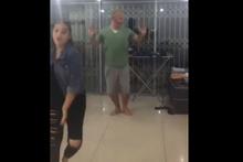 Ütü yaparken kızının dansına katılan sevimli baba