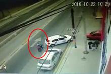 Yok böyle kaza! Bisikletlinin başına gelene bakın