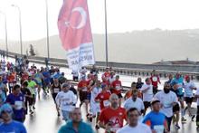 On binlerce insan köprüyü koşarak geçti