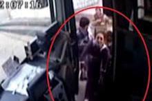 Kalp krizi geçiren kadının yardımına otobüs şoförü yetişti