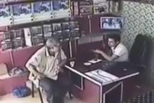 Depremden kaçarken çay içen adam