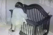 Bebeği yatırayım derken taklaya gelen anne