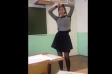 Genç kızdan sınıfta çılgın dans