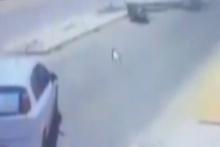 Önce otomobile çarptı, ardından kafasına direk devrildi!