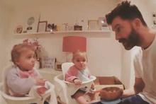 İkizlere yemek yedirmeyi başaramayan babanın çıldırdığı an