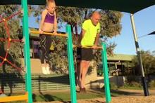 Kızına destek olmak için jimnastik yapmaya çalışan baba