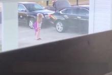 Küçük kızını trolleyen şakacı baba