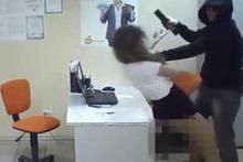 Sekreteri ofiste yalnız bulunca... İnanılmaz olay kamerada