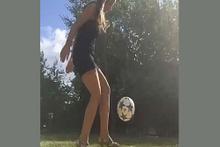 Topuklu ayakkabıyla mest eden futbol topu şovu!