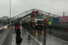 Vinç, beton mikserinin üzerine devrildi: E-5'te trafik durdu