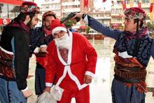 Noel Baba'nın başına silah dayadılar