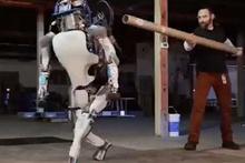 Onuru kırılan robot bakın ne yaptı