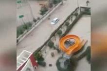 Mersin'de sel felaketi! Araçları dahi sürükledi