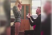 Sevgililer gününde sevgiliye evlenme teklifi şakası