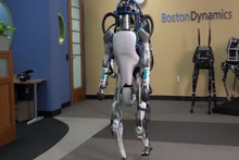Boston Dynamics'in yeni robotu hayrete düşürüyor!