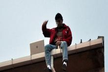 Çatıda laptoptan film izleyerek intihara kalkıştı
