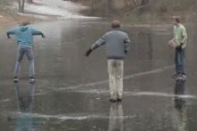 Buz tutmuş gölette eşek şakası!