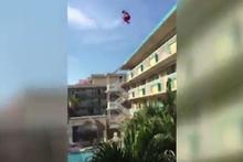 Böyle çılgınlık görülmedi! Otelin çatısından havuza atladı