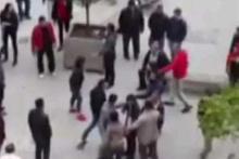 Liseli kızlar tekme tokat kavga etti!