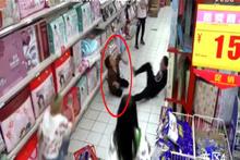 Marketin ortasında cin çarptı! Kamera o anı yakaladı