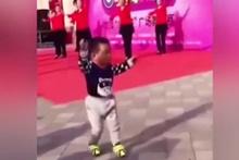 Sosyal medya bu çocuğun dansını konuşuyor
