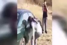 Kafası ile arabanın camını kırmaya çalışırsa