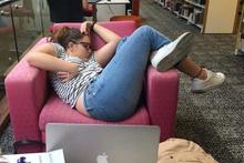 Kütüphane'de uyuduğuna pişman oldu