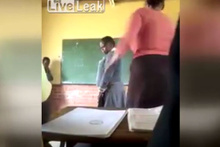 Kız öğrenciye yaptığına bakın!