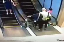 Yürüyen merdivenle adeta güreştiler