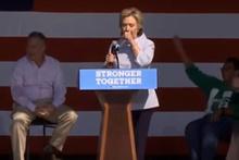 Clinton kürsüde öksürük krizine tutuldu