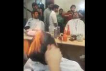 Bu berbere saçını yaksın diye para veriyorlar!