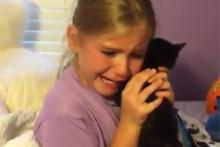 Yavru kedi hediye edilen kızın tarif edilemez mutluluğu